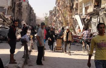 لاجئون ينزحون عن مخيّم اليرموك