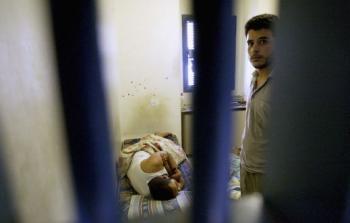 أسرى داخل زنزانة للاحتلال