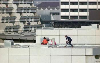 فدائيون من منفذي عملية ميونخ، أثناء اقتحامهم للمكان المخصص للبعثة الأوليمبية الإسرائيلية، ألمانيا، 5 ستمبر 1972 - صورة أرشيفية