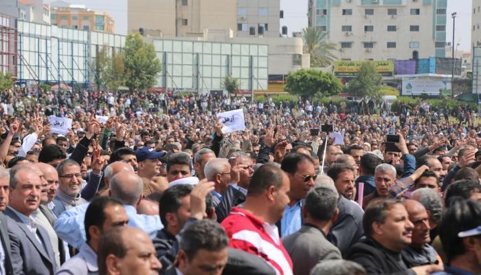 """لجان اللاجئين في مخيّمات غزة تُطالب """"الأونروا"""" بتحمّل مسؤولياتها تجاه الموظفين"""