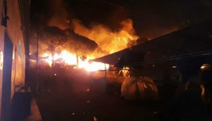 """في مخيم """"موريا"""".. لاجئون يضرمون النار في خيامهم"""