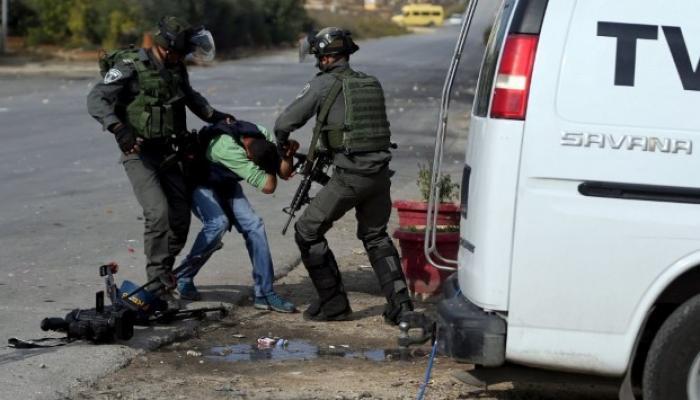 خلال اعتداء قوات الاحتلال على أحد الصحفيين