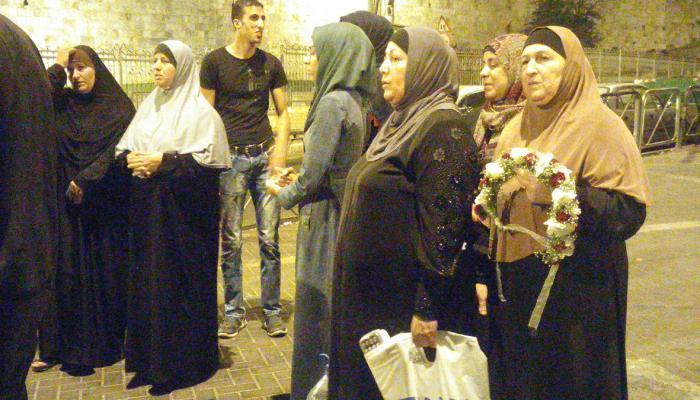 والدة الشهيد بهاء عليان في انتظار تسليم جثمان ابنها