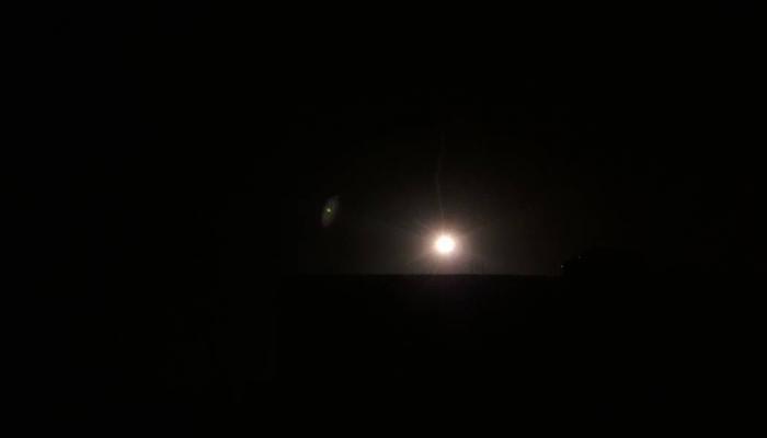 """قنابل مضيئة في سماء المخيم امس """" بوابة اللاجئين"""""""