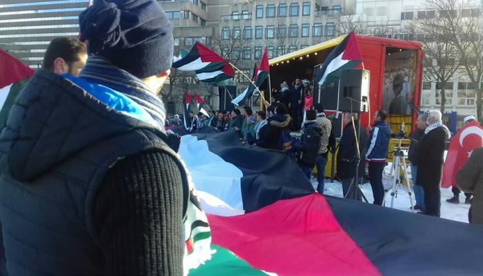 تظاهرة حاشدة أمام السفارة الأمريكية في لاهاي ضد القرار الأمريكي بشأن القدس