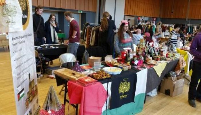 نشطاء يعرضون منتجات فلسطينية في جامعة كليفتون الأمريكية
