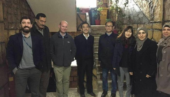 وفد ياباني يتبرّع بملابس  شتوية للعائلات الفلسطينية في نهر البارد