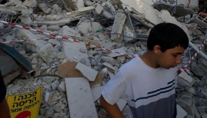 بلدية الاحتلال تهدم منزل عائلة فلسطينية في اللد وترغمها على دفع رسوم الهدم