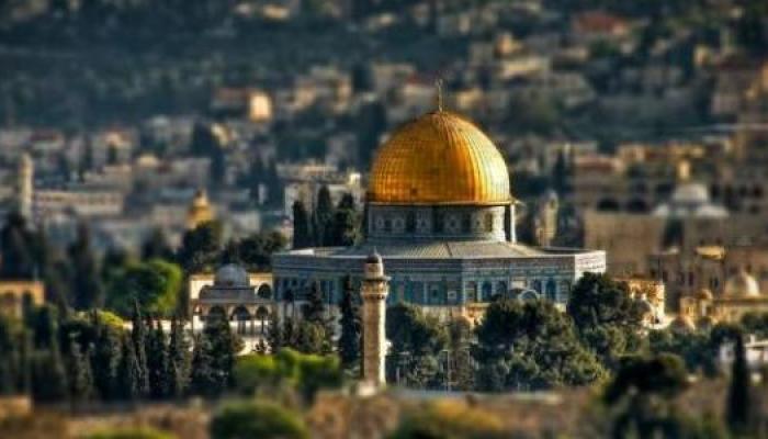 """لافتة """"السفارة الأمريكية"""" في القدس.. وترامب لن يحضر الافتتاح"""