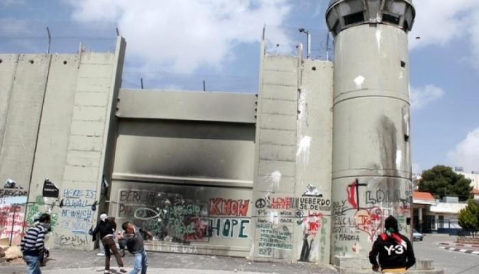 إحراق البرج العسكري على مدخل مخيّم الفوّار ومستوطنة تدهس طفل في نابلس