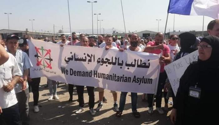 """لاجئون فلسطينيون يعتصمون أمام مقر """"أونروا"""" في بيروت للمطالبة بنقل ملفهم إلى (UNHCR)"""