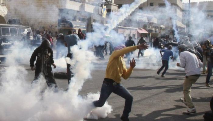 اشتعال حريق في منزل بمُخيّم العرّوب بقنابل الاحتلال