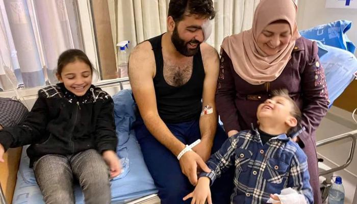 الصخفي معاذ عمارنه مع أطفاله وزوجته في المشفى