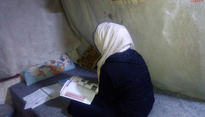 """الطالبة إسراء في خيمتها بدير بلّوط """" بوابة اللاجئين"""""""