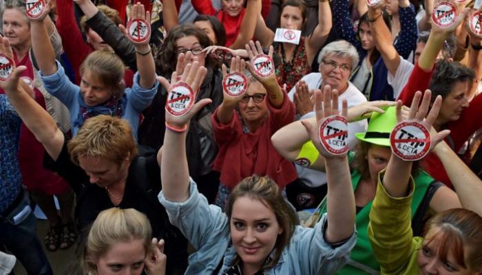 الآلاف يتظاهرون في بروكسل ضد التبادل الحر مع الولايات المتحدة (رويترز)