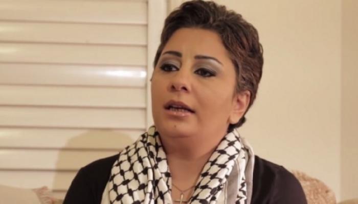 """ساندرا تلتفح الحطة الفلسطينية لكنها وشمت """"إسرائيل"""" بالعبرية على جسدها"""