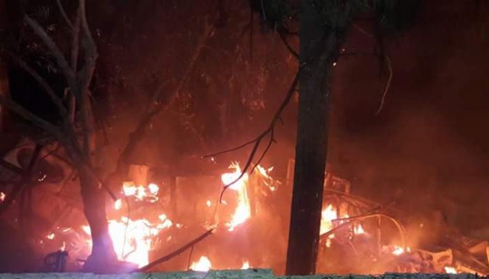 اندلاع الحرائق بعد قصف الطيران الروسي لمخيم خان الشيح بالقنابل الحارقة