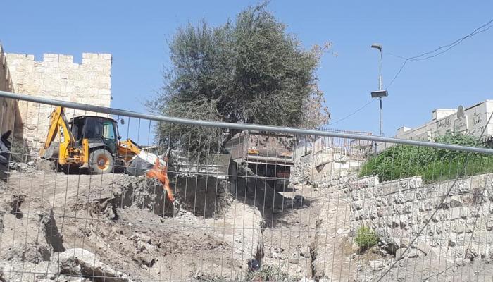 من عملية التجريف التي نفذتها قوات الاحتلال لتلّة أثريّة في القدس المحتلة