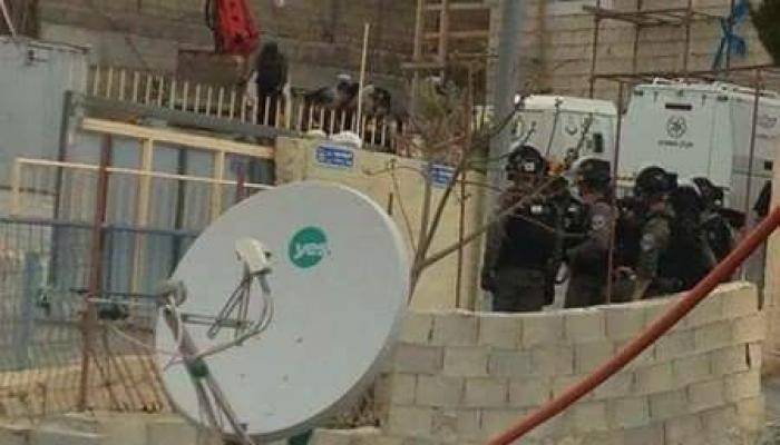 قوات الاحتلال بجانب منزل الشهيد فادي القنبر تقوم بإغلاقه