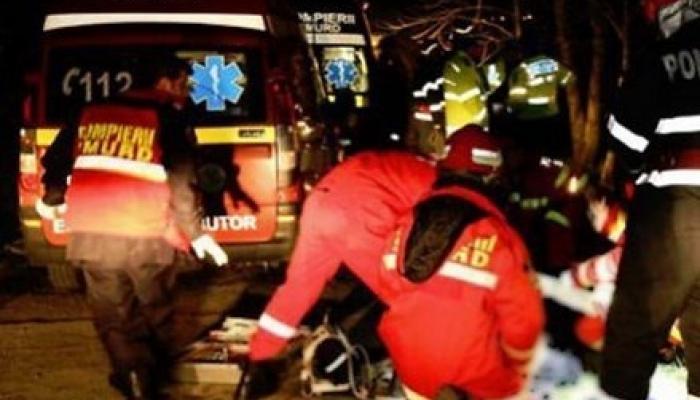 سيارات الاسعاف خلال نقل المصابين جراء الحادث