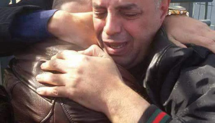 الصورة للحظات الأولى بعد الإفراج عن الأسير أبو حاشية