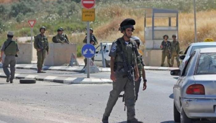 الاحتلال يعتقل شابين على حاجز على مدخل مخيم الفوار- أرشيفية