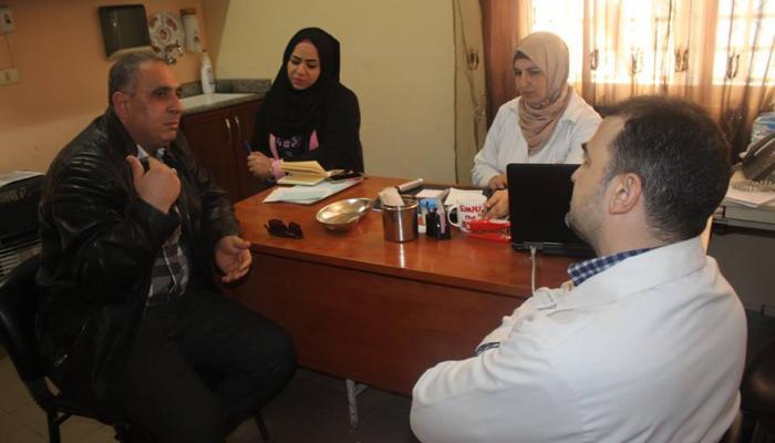مديرة عيادة الاونروا خلال لقاءها مع مجموعة القادسية في مخيم البداوي