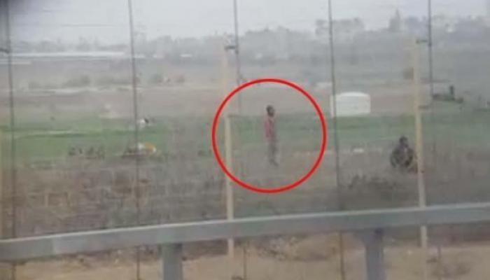 جنود الاحتلال يُوثّقون سخريتهم وفرحهم بقنص شاب فلسطيني أعزل