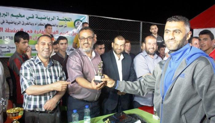 اللجنة الرياضية خلال تكريم أحد الفائزين بالبطولة