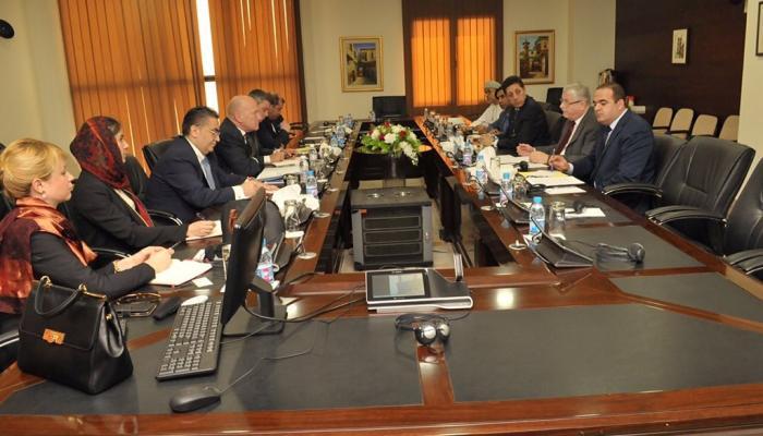 السفير سمير بكر خلال لقاءه بوفد اللجنة الاستشارية للوكالة في جدة