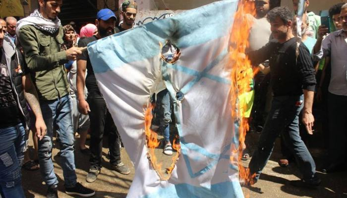 خلال حرق علم الاحتلال في مخيم شاتيلا