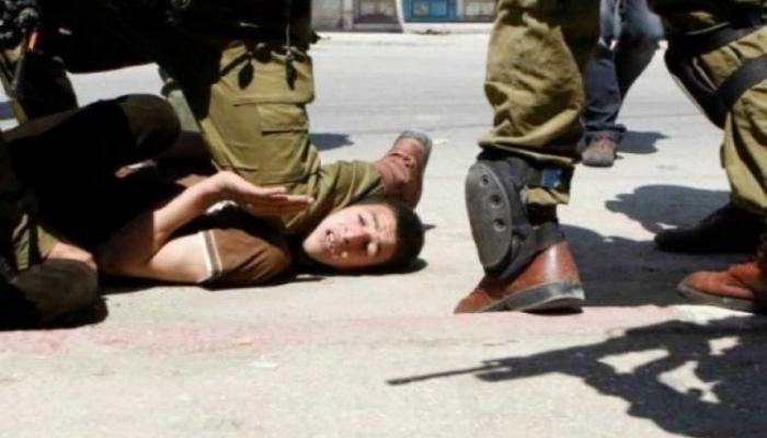 قوات الاحتلال تنكّل بأحد الشبان أثناء اعتقاله من مخيّم الفوار للاجئين