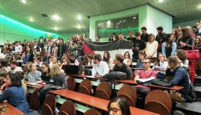 طلاب فرنسيون يحتجون على زيارة السفيرة الصهيونية لجامعتهم