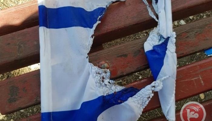 إحدى أعلام الاحتلال المحروقة