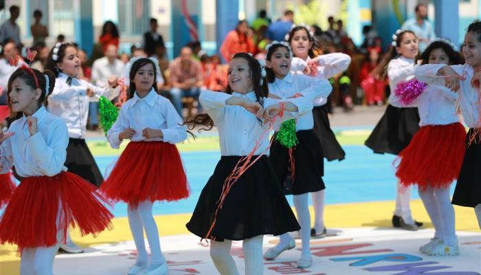 عدد من طالبات الأونروا يشاركن في حفل انطلاق أسابيع المرح الصيفية لعام 2017 في مدرسة بنات الزيتون الابتدائية في مدينة غزة