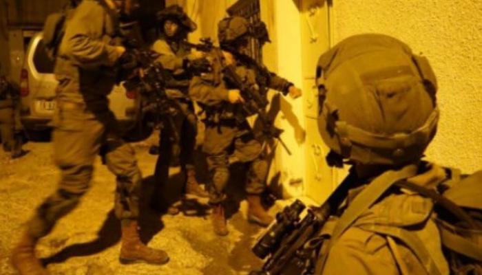 اعتقال 10 مواطنين بالضفة واقتحام منزل منفذ عملية