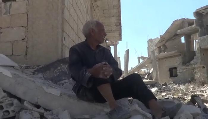 مُسنّ من مخيّم درعا يجلس على أطلال بيته