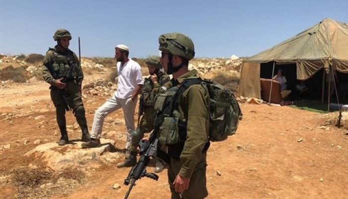 قوات الاحتلال تعتدي على مُعتصمين في أرض مهددة بالمصادرة