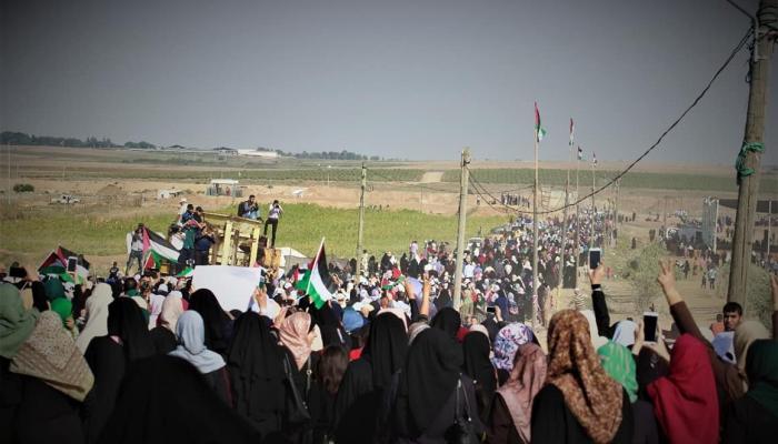 """""""فلسطينيّات العودة وكسر الحصار"""".. آلاف الفلسطينيّات يتظاهرن شرقي قطاع غزة"""