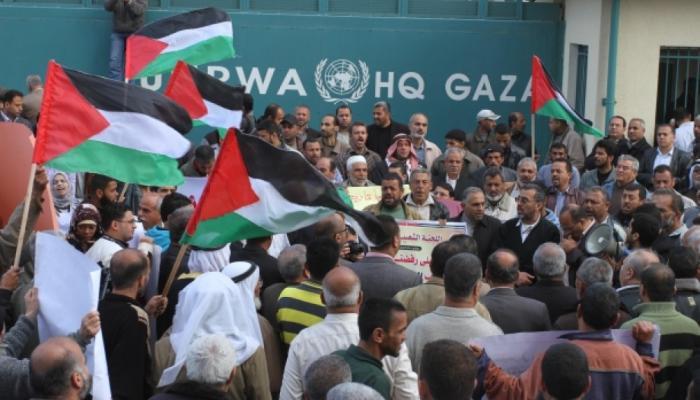 """مدير """"الأونروا"""" في غزة يُغادر مكتبه بعد حصار لساعات.. والاعتصام مُستمر"""