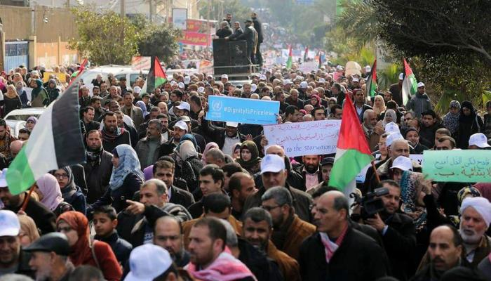 """""""الأونروا"""" تفصل موظفين والقوى تُعلن إضراب شامل ومسيرة بالآلاف"""