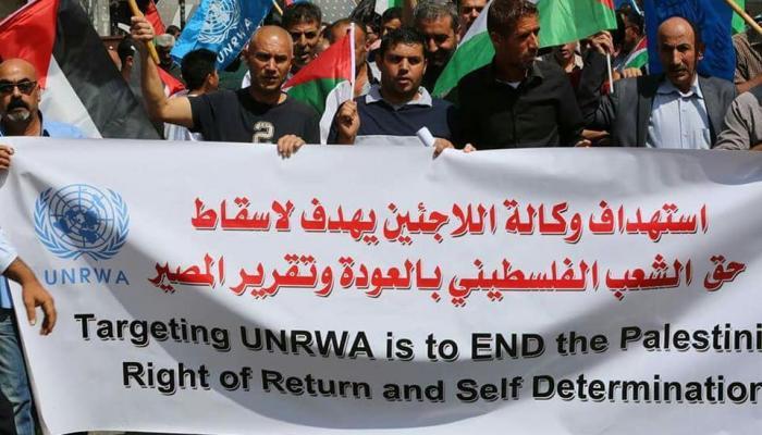 """من الاعتصام الشعبي الذي أقيم أمام مقر """"الأونروا"""" في الخليل المحتلة"""