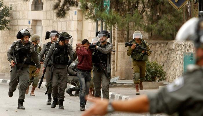 اعتقالات بالضفة المحتلة وتفتيش منزل أسير والتحقيق مع عائلته