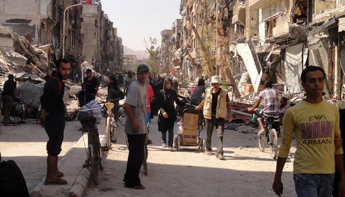 """لاجئون ينزحون عن مخيّم اليرموك """" ارشيف"""""""