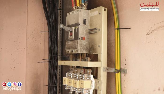 أحد  محطات الكهرباء المجروقة في مخيم الرشيدية