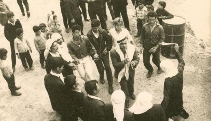 رجال يؤدّون الدبكة الشعببية في قرية الرّامة الجليليّة، من أرشيف رلى جريس/ المتحف الفلسطيني