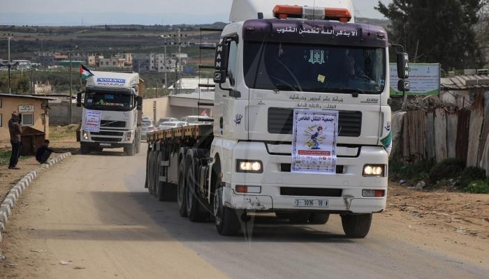 مسيرة شاحنات باتجاه مُخيّم العودة شرقي غزة رفضاً للحصار