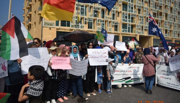 """لاجئون فلسطينيون أمام السفارة الاسترالية في بيروت للمطالبة بـ """"اللجوء الإنساني"""""""